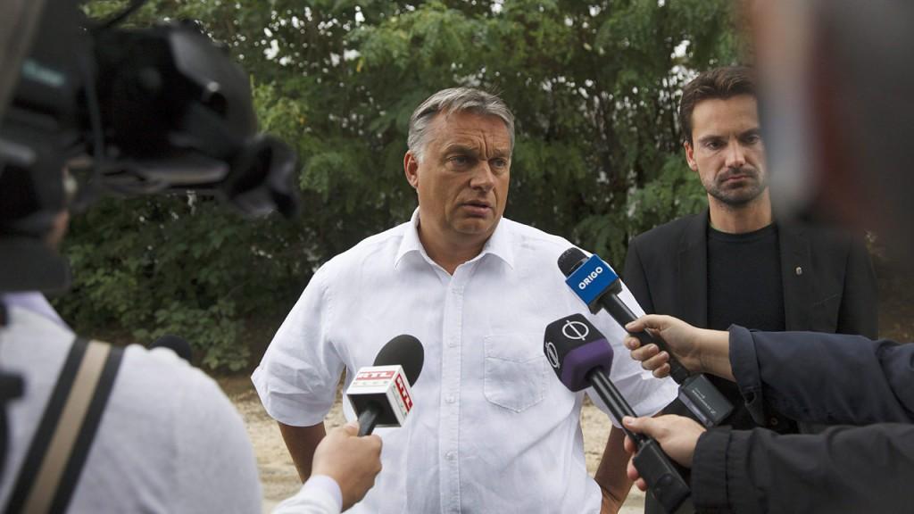 Kötcse, 2015. szeptember 5.Orbán Viktor miniszterelnök nyilatkozik a Polgári Magyarországért Alapítvány rendezvénye előtt Kötcsén 2015. szeptember 5-én. Jobbra Havasi Bertalan, a kormányfő sajtófőnöke.MTI Fotó: Varga György