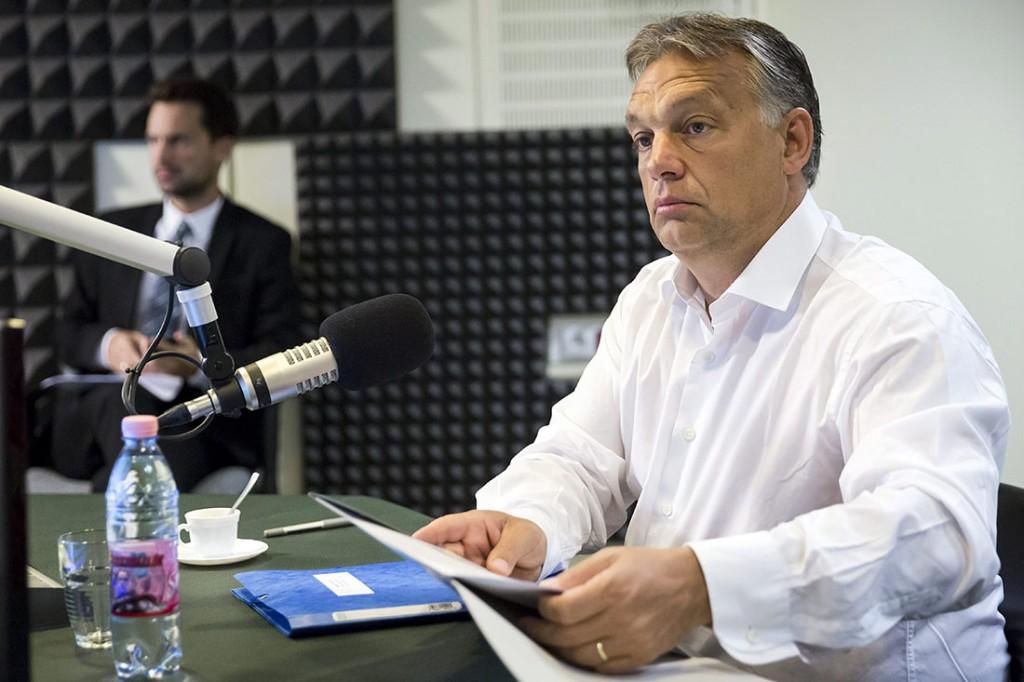 Budapest, 2015. szeptember 4.Orbán Viktor miniszterelnök a Magyar Rádió stúdiójában 2015. szeptember 4-én, mielőtt interjút ad a Kossuth Rádió 180 perc című műsorában. Mellette Havasi Bertalan, a kormányfő sajtófőnöke (b).MTI Fotó: Mohai Balázs