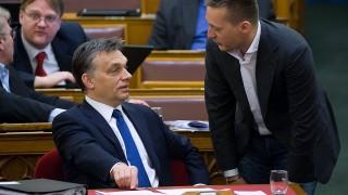 Budapest, 2011. március 22.Orbán Viktor miniszterelnök (b) és Rogán Antal, a Fidesz parlamenti képviselője beszélget az Országgyűlés plenáris ülésén, a Fidesz-KDNP alaptörvény-javaslatának vitáján.MTI Fotó: Kollányi Péter