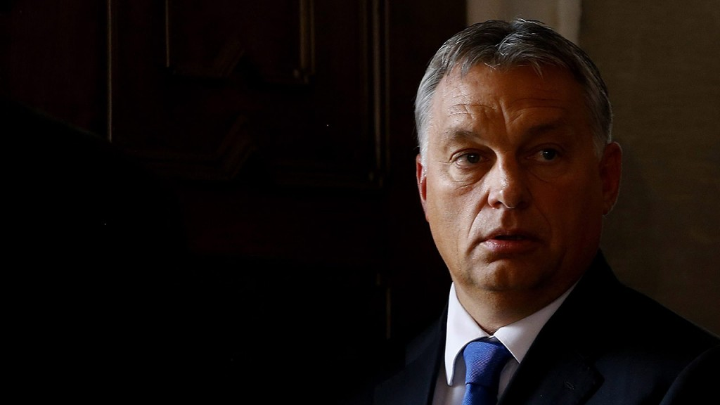 Bad Staffelstein, 2015. szeptember 23.A bajor konzervatív kormánypárt, a keresztényszociális Unió, a CSU tartományi frakciójának ülésén részt vevő Orbán Viktor miniszterelnök a Horst Seehofer bajor tartományi miniszterelnökkel tartott sajtóértekezletén a banzi kolostorban, Bad Staffelsteinban 2015. szeptember 23-án. Orbán Viktor Seehofer meghívására felszólalt a frakcióülésen a Hans Seidel Alapítvány tulajdonában lévő egykori kolostorban. (MTI/AP/Matthias Schrader)