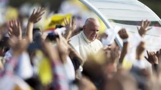 Asunción, 2015. július 12.A dél-amerikai körútjának harmadik és egyben utolsó állomásán, Paraguayban tartózkodó Ferenc pápa (k) érkezik az Asunciónba tartandó szentmiséjére 2015. július 12-én. (MTI/AP/Natacha Pisarenko)