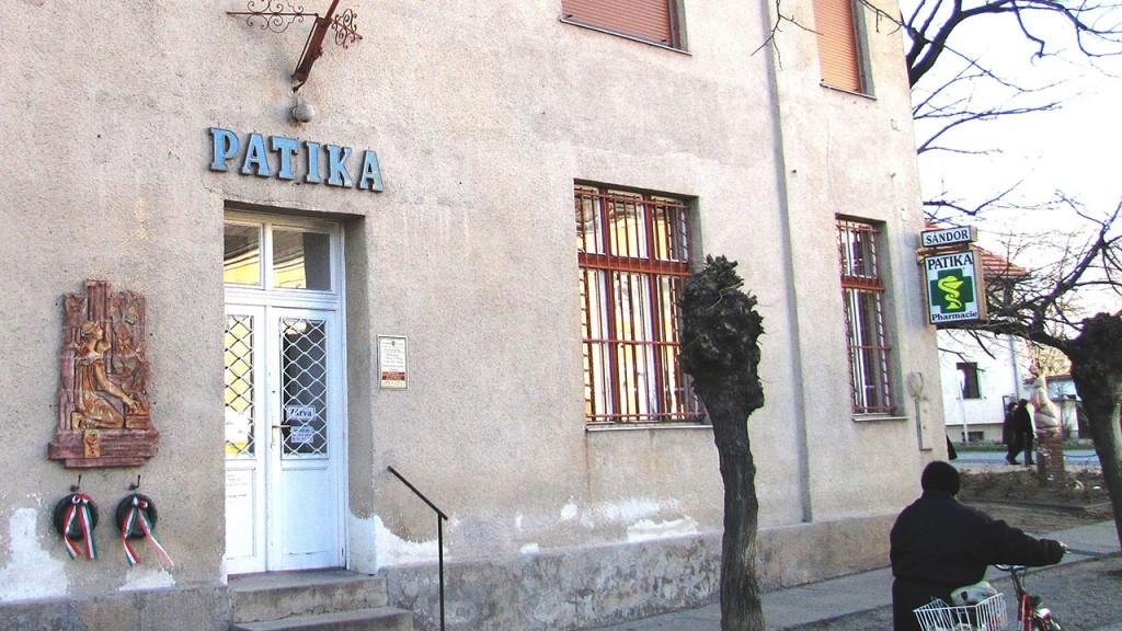 Simontornya, 2011. március 12.A simontornyai patika, melyben Pillich Ferenc patikus dolgozott. A patika falán látható az emlékére készült kerámia.MTI/Bizományosi: Simó Endre ***************************Kedves Felhasználó!Az Ön által most kiválasztott fénykép nem képezi az MTI fotókiadásának és archívumának szerves részét. A kép tartalmáért és a szövegért a fotó készítője vállalja a felelősséget.