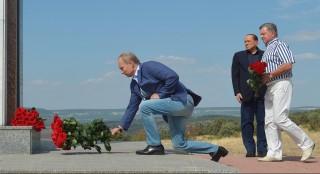 *ALTERNATIVE CROP* Russian President Vladimir Putin (L) and former Italy's prime minister Silvio Berlusconi (2ndL) visit an Italian war cemetery near the Black Sea port of Sevastopol on September 11, 2015. AFP PHOTO / RIA NOVOSTI / ALEXEI DRUZHININ