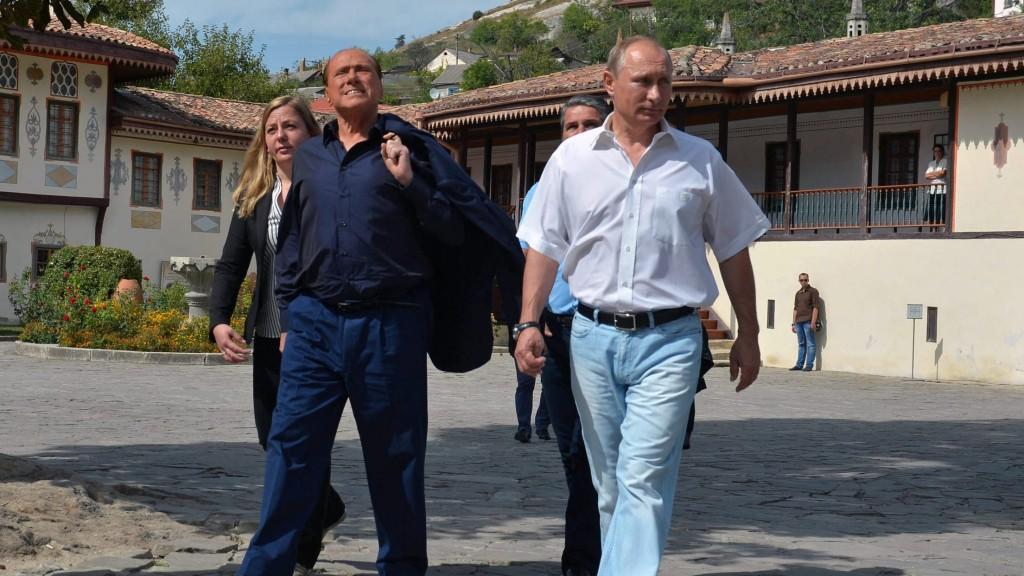 Bahcsiszeráj, 2015. szeptember 12. Vlagyimir Putyin orosz elnök (j) és Silvio Berlusconi volt olasz kormányfõ a krími Bahcsiszerájban 2015. szeptember 12-én. (MTI/AP/Pool/Kreml/Ria-Novosztiy/Alekszej Druzsinyin)