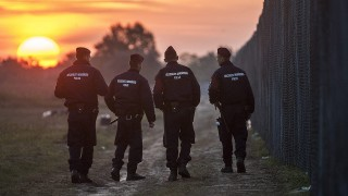 Röszke, 2015. szeptember 16.Rendőrök járőröznek napfelkeltekor az ideiglenes biztonsági határzár mellett a magyar-szerb határon, Röszke térségében 2015. szeptember 16-án. Az előző napon hatályba léptek a migrációs helyzet miatti új szabályozások.MTI Fotó: Ujvári Sándor