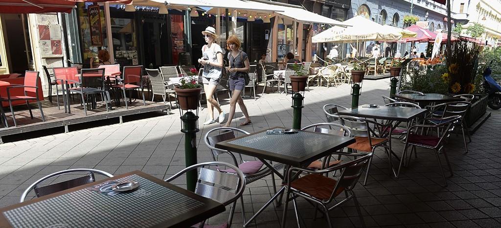 Budapest, 2014. július 31.A IX. kerületi Ráday utca 2014. július 31-én. Sajtótájékoztató keretében bemutatták a Budapesti Kereskedelmi és Iparkamara (BKIK) által létrehozott Bevásárló és Tematikus Utcák (BUM) Nonprofit Kft.-t. A BKIK támogatja, hogy a fővárosban minél több tematikus utca jöjjön létre, illetve a meglévők eredményesen működjenek. A sajtótájékoztatón bemutatták a Ráday utcában megvalósuló tematikus utca működését is.MTI Fotó: Bruzák Noémi