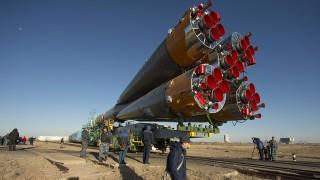 Bajkonur, 2013. szeptember 23.A NASA által közreadott képen a kilövőálláshoz szállítanak a Szojuz TMA-10M űrhajót és hordozórakétáját a bajkonuri űrközpontban 2013. szeptember 23-án. A tervek szerint szeptember 25-én bocsátják fel az űrhajót, amellyel egy amerikai és két orosz űrhajós utazik a Föld körül keringő Nemzetközi Űrállomásra. (MTI/AP/NASA/Carla Cioffi)