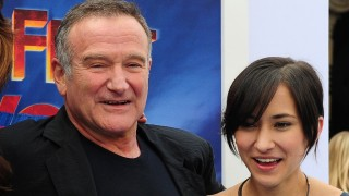 Actor Robin Williams and his daughter Zelda pose on arrival for the world premiere of the movie 'Happy Feet Two' in Hollywood on November 13, 2011 in southern California. Happy Feet Two will presented in RealD 3D and IMAX 3D, and also in 2D, on November 18, 2011. AFP PHOTO / Frederic J. BROWN