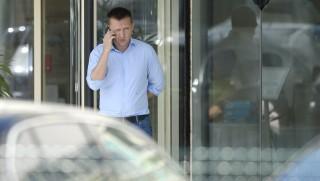 Velence, 2015. szeptember 17. A miniszterelnök politikai kabinetfõnökének megválasztott Rogán Antal, a Fidesz leköszönõ frakcióvezetõje telefonál a Fidesz-KDNP kétnapos kihelyezett tanácskozásának végén a velencei Velence Resort & Spa szálloda elõtt 2015. szeptember 17-én. Rogán Antalt Kósa Lajos váltja október 1-jétõl a poszton. MTI Fotó: Kovács Tamás