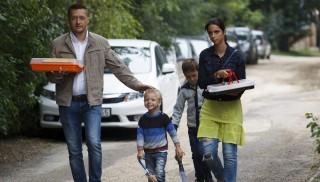 Kötcse, 2015. szeptember 5. Rogán Antal, a Fidesz parlamenti frakcióvezetõje családjával érkezik a Polgári Magyarországért Alapítvány kötcsei rendezvényére 2015. szeptember 5-én. MTI Fotó: Varga György