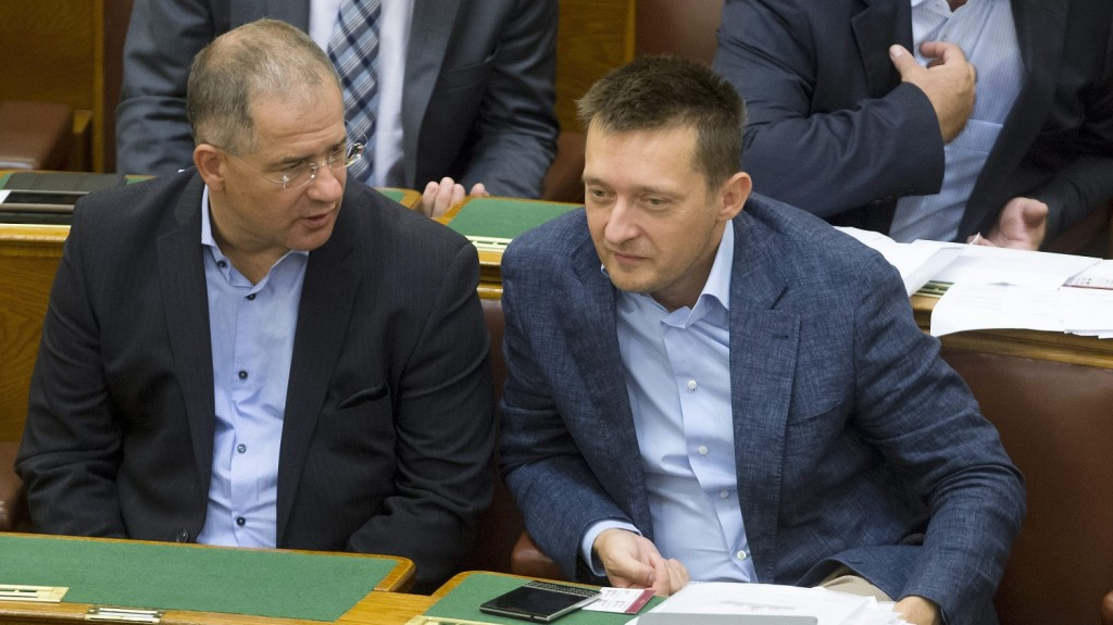 Budapest, 2015. szeptember 22. Kósa Lajos, a Fidesz megválasztott új parlamenti frakcióvezetõje (b) és Rogán Antal, a Fidesz frakcióvezetõje az Országgyûlés plenáris ülésén 2015. szeptember 22-én. Kósa Lajos október 1-jétõl váltja a poszton Rogán Antalt, aki a miniszterelnök politikai kabinetfõnöke lesz. MTI Fotó: Koszticsák Szilárd