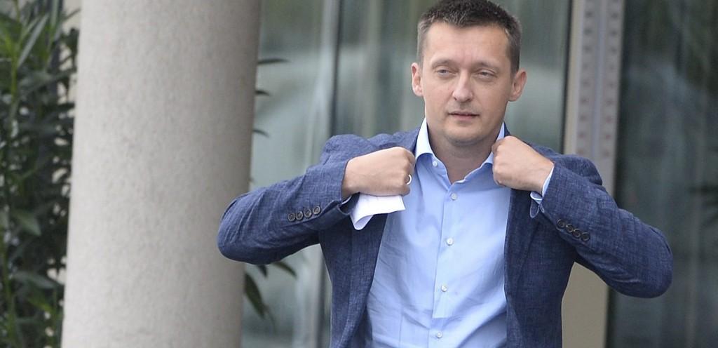 Velence, 2015. szeptember 16. Rogán Antal, a Fidesz frakcióvezetõje érkezik a Fidesz-KDNP kétnapos kihelyezett tanácskozása elõtt tartott sajtótájékoztatójára a velencei Velence Resort & Spa szálloda elõtt 2015. szeptember 16-án. MTI Fotó: Kovács Tamás