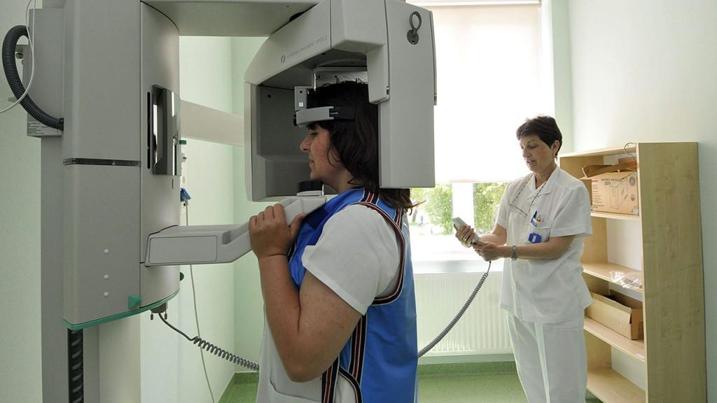 Szolnok, 2008. május 21.Panoráma röntgen készül egy betegről Szolnokon, a megyei fenntartású Hetényi Kórház rendelőintézetében, ahol félmillió ember egészségügyi ellátását szolgáló térségi diagnosztikai központot adtak át.MTI Fotó: Mészáros János