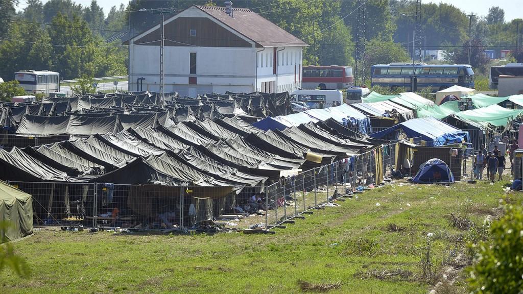 Röszke, 2015. augusztus 30.A migránsok számára kialakított tábor a röszkei határátkelő közelében 2015. augusztus 30-án.MTI Fotó: Máthé Zoltán