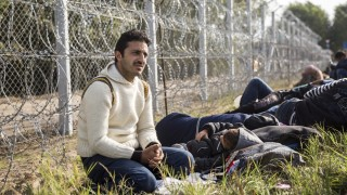 Horgos, 2015. szeptember 15. Illegális bevándorlók az áteresztési pontnál Röszkénél, a röszke-horgosi magyar-szerb határ szerbiai oldalán 2015. szeptember 15-én. Ezen a napon hatályba léptek a migrációs helyzet miatti új szabályozások. MTI Fotó: Mohai Balázs