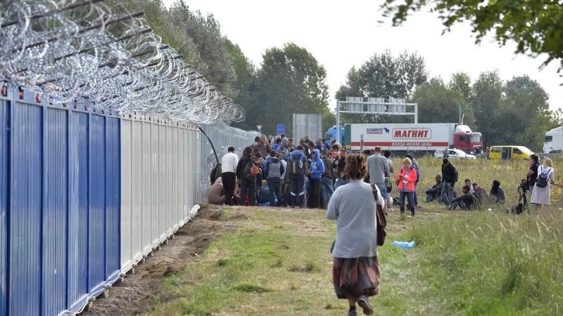 Röszke, 2015. szeptember 15. Migránsok az M5-ös autópálya közelében kialakított áteresztõ pont közelében Horgosnál 2015. szeptember 15-én. MTI Fotó: Máthé Zoltán