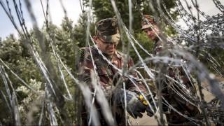 Röszke, 2015. szeptember 15. Katonák az áteresztési pontnál Röszkénél, a röszke-horgosi magyar-szerb határnál 2015. szeptember 15-én. Ezen a napon hatályba léptek a migrációs helyzet miatti új szabályozások. MTI Fotó: Mohai Balázs