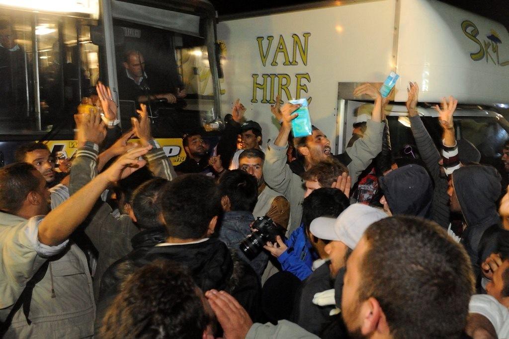 Illegális bevándorlás - Migránsok egy csoportja akadályozza