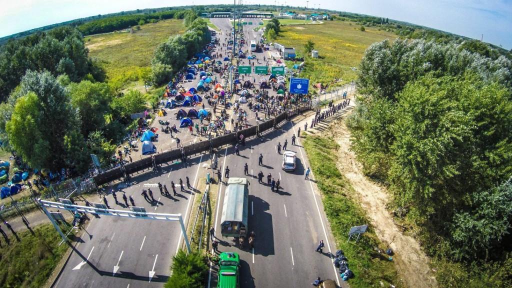 Röszke, 2015. január 9. A drónnal készült felvételen migránsok a lezárt Horgos-Röszke határátkelõhelynél, a magyar-szerb határon 2015. szeptember 16-án. MTI Fotó: Ruzsa István