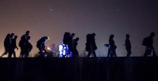 Röszke, 2015. szeptember 14.Illegális bevándorlók mennek a gyűjtőpont felé a magyar-szerb határon, a Horgos-Szeged vasútvonal mentén, Röszke közelében 2015. szeptember 13-án.MTI Fotó: Mohai Balázs