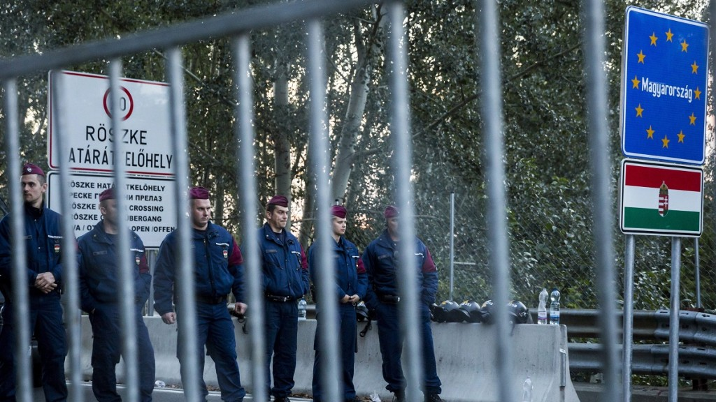 Horgos, 2015. szeptember 15. Rendõrök a magyar oldalon a régi Horgos-Röszke határátkelõhelynél 2015. szeptember 15-én. Ezen a napon hatályba léptek a migrációs helyzet miatti új szabályozások. MTI Fotó: Mohai Balázs