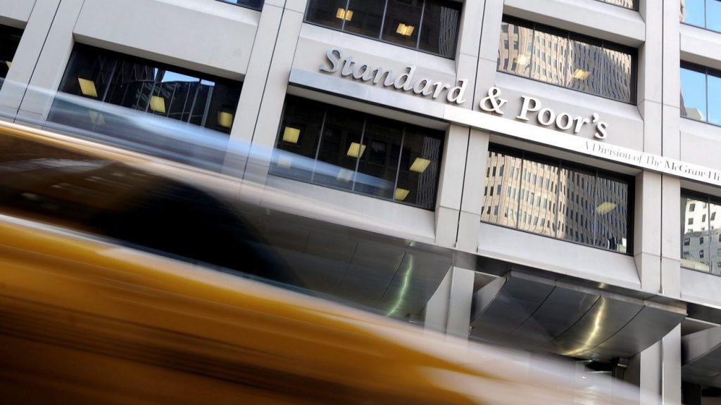 New York, 2011. december 22. A Standard and Poor's (S&P) hitelminõsítõ intézet irodája New Yorkban a 2011. december  8-án készült archív felvételen.  2011. december 21-én a S&P megvonta a befektetési ajánlású államadós-osztályzatot Magyarországtól. A besorolás az eddigi BBB mínuszról BB pluszra változott. (MTI/EPA/Justin Lane)