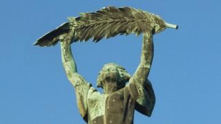 Budapest, 2007. február 12.A Gellért-hegy tetején álló - pálmaágat magasba tartó - nőalak ma a szabadság jelképe, 1987-óta a világörökség része, Budapest ékköve. Kisfaludi Sróbl Zsigmond alkotását, a 14 m magas bronzszobrot 1947-ben avatták fel, eredetileg a felszabadulási emlékmű központi figurája volt. MTI Zrt. / Bizományosi: Nagy Zoltán***************************Kedves Felhasználó!Az Ön által most kiválasztott fénykép nem képezi az MTI fotókiadásának és archívumának szerves részét. A kép tartalmáért és a szövegért a fotó készítője vállalja a felelősséget.