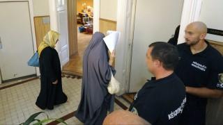 Szeged, 2015. szeptember 19. Rendõrök kísérnek 2015. szeptember 19-én a Szegedi Járásbíróság nyomozási bírája elé - tolmács jelenlétében (b2) - egy nõt (b), akit a tömegzavargás résztvevõjeként elkövetett, határzár tiltott átlépésének bûntettével gyanúsít az ügyészség. A gyanú szerint a nõ részt vett a röszkei közúti átkelõnél szeptember 16-án történt zavargásban. Az ügyben összesen hat gyanúsított elõzetes letartóztatását rendelte el a bíróság. MTI Fotó: Kelemen Zoltán Gergely