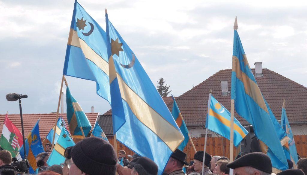 Sepsiszentgyörgy, 2015. március 10. Székely zászlók a Székely szabadság napja alkalmából tartott megemlékezésen az erdélyi Sepsiszentgyörgyön, a Turul téren 2015. március 10-én. Mivel a marosvásárhelyi polgármester megtiltotta a székely vértanúk 1854-es kivégzésének évfordulójára, a Székely szabadság napjára tervezett felvonulást, ezért Székelyföld több településére hirdettek a marosvásárhelyit pótló tiltakozó megmozdulásokat. MTI Fotó: Henning János