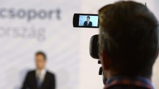 Budapest, 2015. szeptember 9. Egy kamera keresõjében Szijjártó Péter külgazdasági és külügyminiszter látszik, aki a miskolci Robert Bosch Energy and Body Systems Kft. 9,3 milliárd forintos autóipari fejlesztési beruházásának ünnepélyes bejelentésén beszél Budapesten, a Külgazdasági és Külügyminisztériumban, 2015. szeptember 9-én. MTI Fotó: Bruzák Noémi