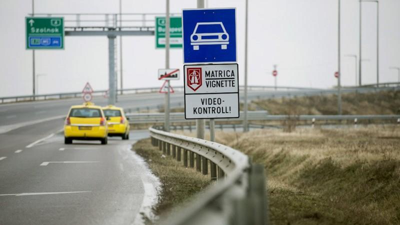 Vecsés, 2015. január 8.Taxik haladnak az útdíjköteles Liszt Ferenc-repülőtérre vezető úton, a főváros irányába 2015. január 8-án.MTI Fotó: Koszticsák Szilárd