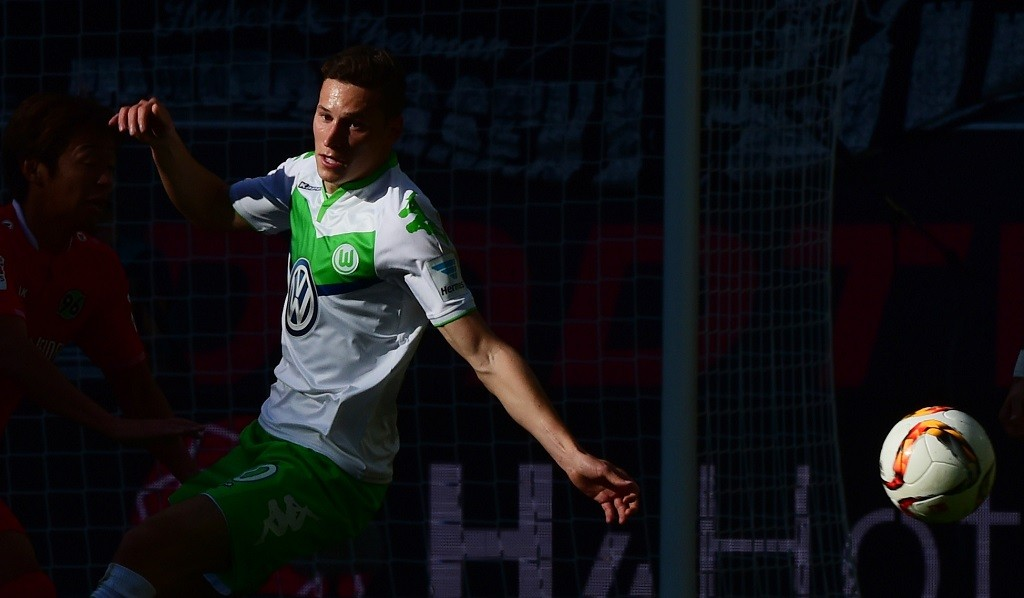 Wolfsburg's midfielder Julian Draxler loses the ball during the German first division Bundesliga football match VfL Wolfsburg vs Hannover 96 in Wolfsburg, northern Germany, on September 26, 2015. AFP PHOTO / JOHN MACDOUGALL  RESTRICTIONS: DURING MATCH TIME: DFL RULES TO LIMIT THE ONLINE USAGE TO 15 PICTURES PER MATCH AND FORBID IMAGE SEQUENCES TO SIMULATE VIDEO.  == RESTRICTED TO EDITORIAL USE == FOR FURTHER QUERIES PLEASE CONTACT DFL DIRECTLY AT + 49 69 650050.