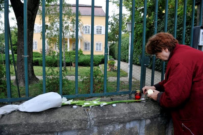 Meghalt Göncz Árpád - Gyászlobogó a volt köztársasági elnök házán