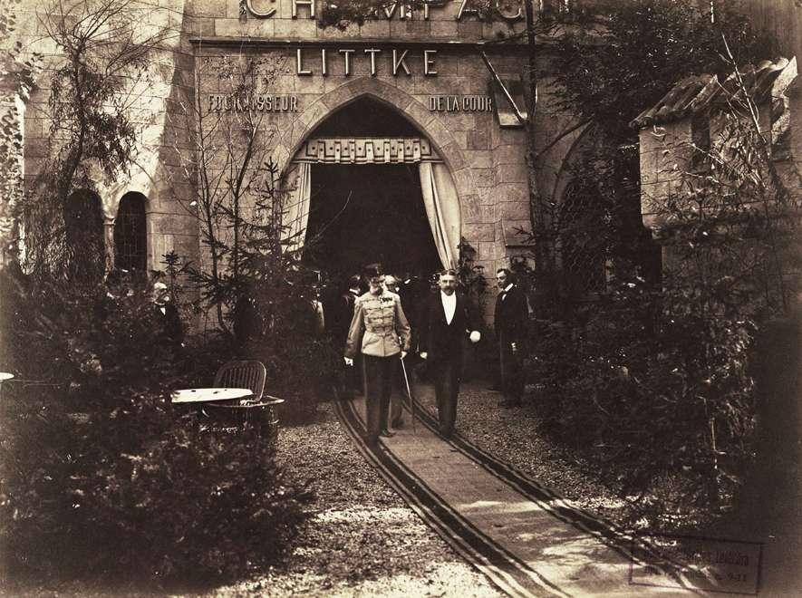 Ferenc József küldöttséggel távozik a Littkei pezsgőgyár pavilonjából