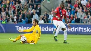 Norway's Adama Diomande (R) and Azerbaijan's goalkeeper Kamran Agayev vie for the ball during the UEFA Euro 2016 Group H qualifying football match Norway v Azerbaijan in Oslo, on June 12, 2015.  AFP PHOTO / NTB SCANPIX / BRAASTAD, AUDUN   NORWAY OUT