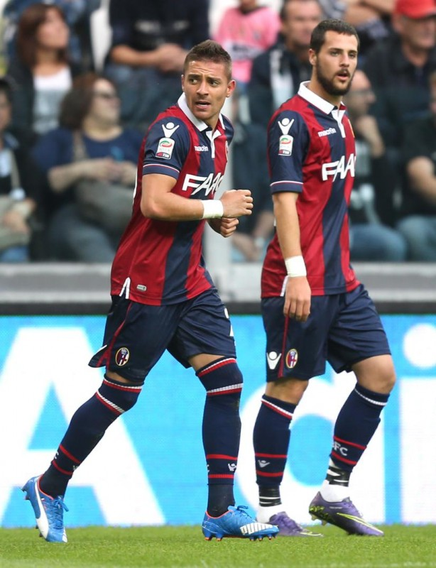 """Bologna's forward Anthony Mounier (L) celebrates after scoring during the Italian Serie A football match Juventus Vs Bologna on October 4, 2015 at the """"Juventus Stadium"""" in Turin.  AFP PHOTO / MARCO BERTORELLO"""