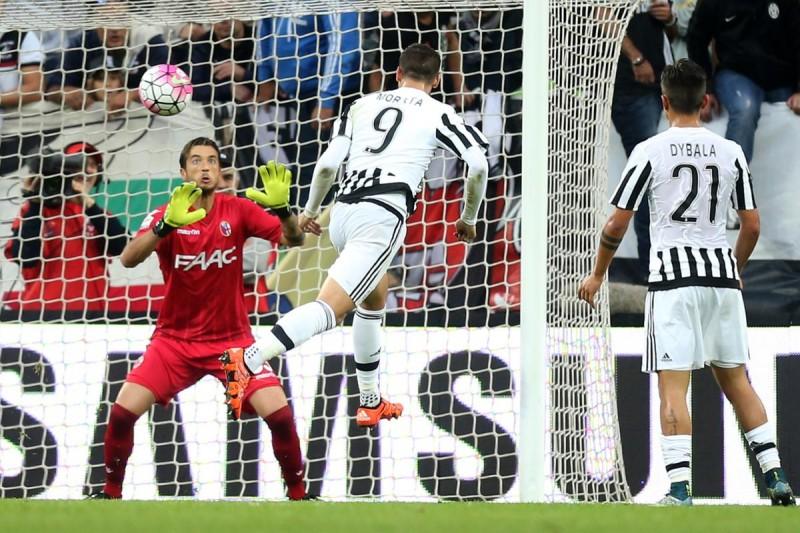 "Juventus' forward Alvaro Morata from Spain (C) scores during the Italian Serie A  football match Juventus Vs Bologna on October 4, 2015 at the ""Juventus Stadium"" in Turin.  AFP PHOTO / MARCO BERTORELLO"
