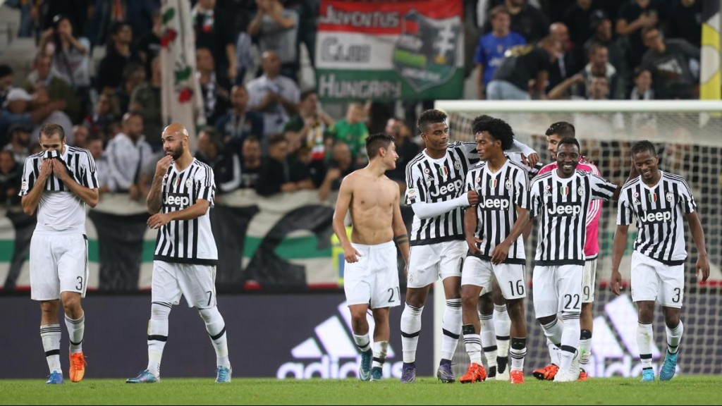 """Juventus' players celebrate at the end of the Italian Serie A  football match Juventus Vs Bologna on October 4, 2015 at the """"Juventus Stadium"""" in Turin. Juventus won 3-1.  AFP PHOTO / MARCO BERTORELLO"""