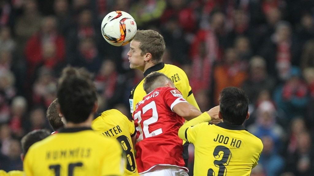 Dortmund's midfielder Sven Bender (C) heads for the ball during the German first division Bundesliga football match FSV Mainz 05 vs Borussia Dortmund in Mainz, western Germany, on October 16, 2015.    AFP PHOTO / DANIEL ROLAND  RESTRICTIONS: DURING MATCH TIME: DFL RULES TO LIMIT THE ONLINE USAGE TO 15 PICTURES PER MATCH AND FORBIDS IMAGE SEQUENCES TO SIMULATE VIDEO.  == RESTRICTED TO EDITORIAL USE == FOR FURTHER QUERIES PLEASE CONTACT DFL DIRECTLY AT + 49 69 650050.