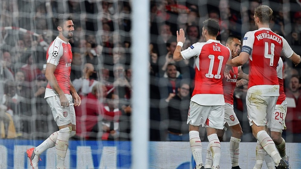 Arsenal's French striker Olivier Giroud (L) celebrates after scoring his team's first goal during the UEFA Champions League football match between Arsenal and Bayern Munich at the Emirates Stadium in London, on October 20, 2015.    AFP PHOTO / BEN STANSALL