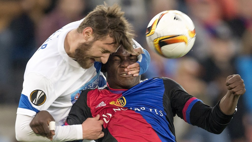 KKS Lech Poznan's Hungarian defender Tamas Kadar (L) vies with Basel's Swiss forward Breel Embolo during the UEFA Europa League group I football match between FC Basel 1893 and KKS Lech Poznan at the St Jakob Park stadium in Basel on October 1, 2015. AFP PHOTO / FABRICE COFFRINI