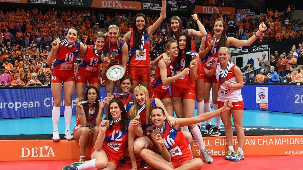 Serbia's players celebrate winning bronze in the Women's EuroVolley 2015 third place match against Turkey at the Ahoy Arena in Rotterdam, October 4, 2015.  AFP PHOTO / EMMANUEL DUNAND