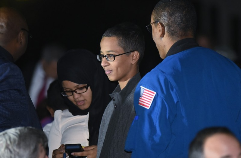 Irving, Texas student Ahmed Mohamed (C) is seen during the second White House Astronomy Night on the South Lawn of the White House on October 19, 2015 in Washington, DC. Mohamed was arrested for bringing a homemade digital clock to school in September. AFP PHOTO/MANDEL NGAN