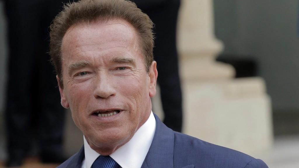 Párizs, 2014. október 10. Arnold Schwarzenegger osztrák származású amerikai színész, Kalifornia állam volt kormányzója, az R20 nevû, regionális vezetõket tömörítõ környezetvédõ szervezet alapítója sajtótájékoztatót tart, miután Francois Hollande francia államfõvel tárgyalt a párizsi államfõi rezidencián, az Elysée-palotában 2014. október 10-én. (MTI/EPA/Yoan Valat)