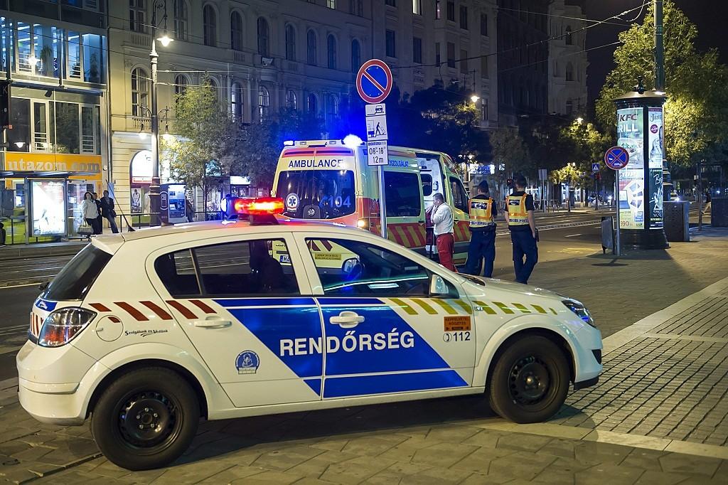 Budapest, 2015. október 8. Rendõrök és mentõk 2015. október 8-ra virradó éjjel a fõvárosi Astoriánál, ahol egy férfi késsel mentõsökre támadt. Az Országos Mentõszolgálat egyik munkatársa a támadás során megsérült. MTI Fotó: Lakatos Péter