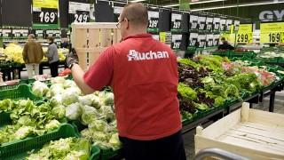 Budaörs, 2012. szeptember 14.Egy árufeltöltő ládákba rakott jégsalátákat pakol ki az Auchan budaörsi bevásárlóközpontjában 2012. szeptember 14-én.MTI Fotó: Koszticsák Szilárd