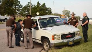 Ada, 2015. október 23. 2015. október 23-án közreadott képen az oklahomai autópálya-rendõrség két tagja letartóztat egy részeg nõt Adában október 21-én. A nõ az alkoholos befolyásoltsága miatt kidõlt a volán mögül, a hároméves fia vette át a kormányt és vezette az autójukat biztonságos helyre. (MTI/AP/The Ada News/Randy Mitchell)