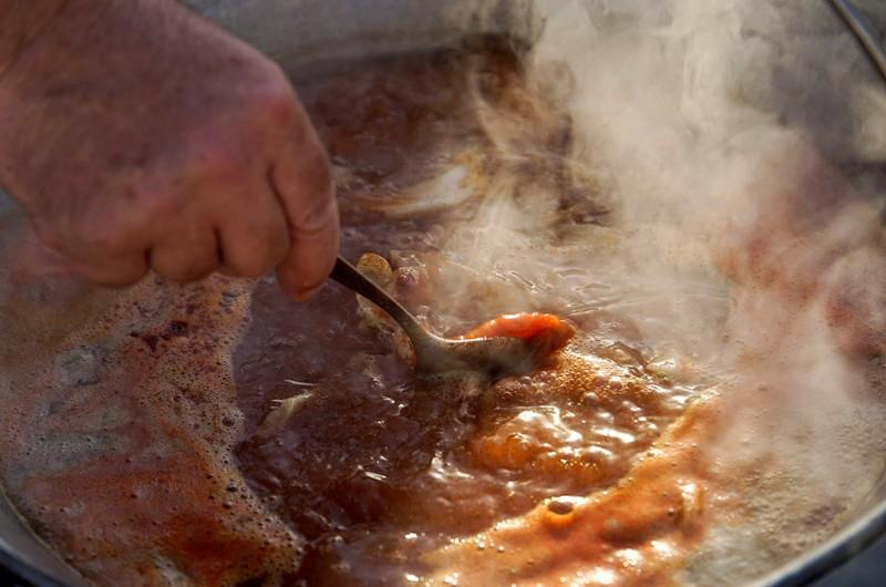 Baja, 2015. július 11.Halászlé fő egy bográcsban a XX. Bajai Halfőző Fesztiválon a Béke téren 2015. július 11-én.MTI Fotó: Balogh Zoltán