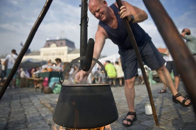 Baja, 2013. július 13.Egy férfi halászlevet főz a 18. Bajai Halfőző Fesztiválon a város főterén 2013. július 13-án.MTI Fotó: Ujvári Sándor