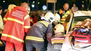 Budapest, 2015. október 24.Mentők és tűzoltók emelnek ki egy súlyos sérültet az egyik összetört autóból 2015. október 24-én hajnalban a főváros IV. kerületében, a Váci út és az Árpád út kereszteződésénél, ahol két személyautó összeütközött. A balesetben ketten súlyosan megsérültek, egyiküket a tűzoltók vágták ki a járműből.MTI Fotó: Lakatos Péter